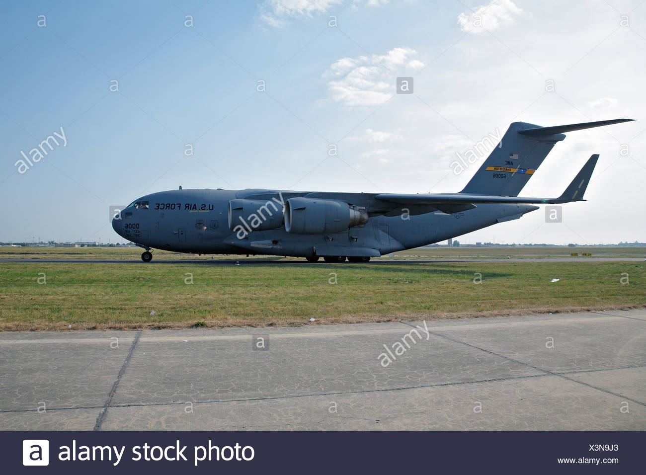 Large capacity cargo plaine, Lockheed C-17 Globemaster, US Air Force, USAF, rolling towards the runway - Stock Image