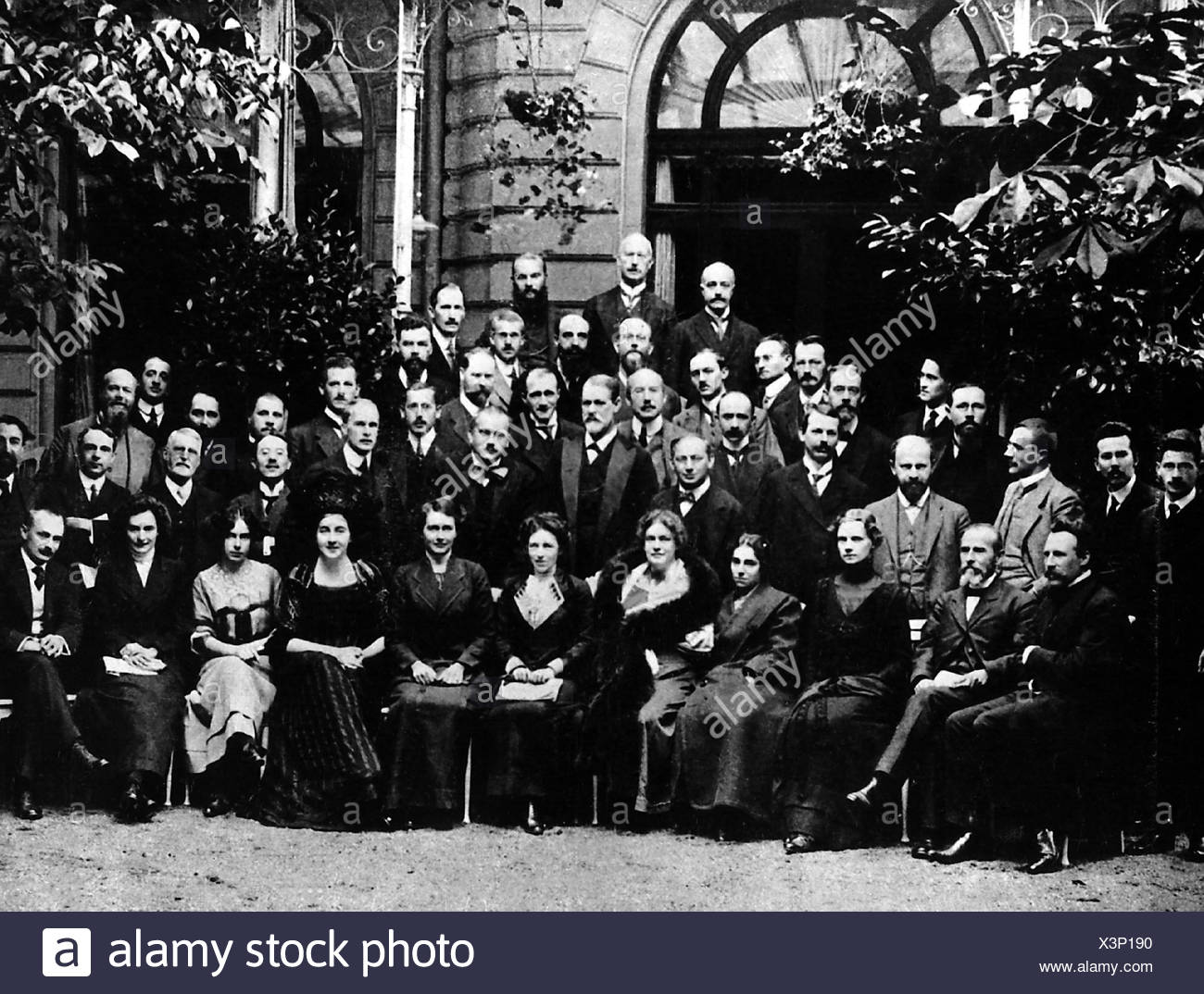 Freud, Sigmund, 6.5.1856 - 23.9.1939, Austrian physician, founder of the psychoanalytic school of psychology, second row, centre, standing, half length, congress in Weimar, half length, female, woman, women, , Additional-Rights-Clearances-NA - Stock Image