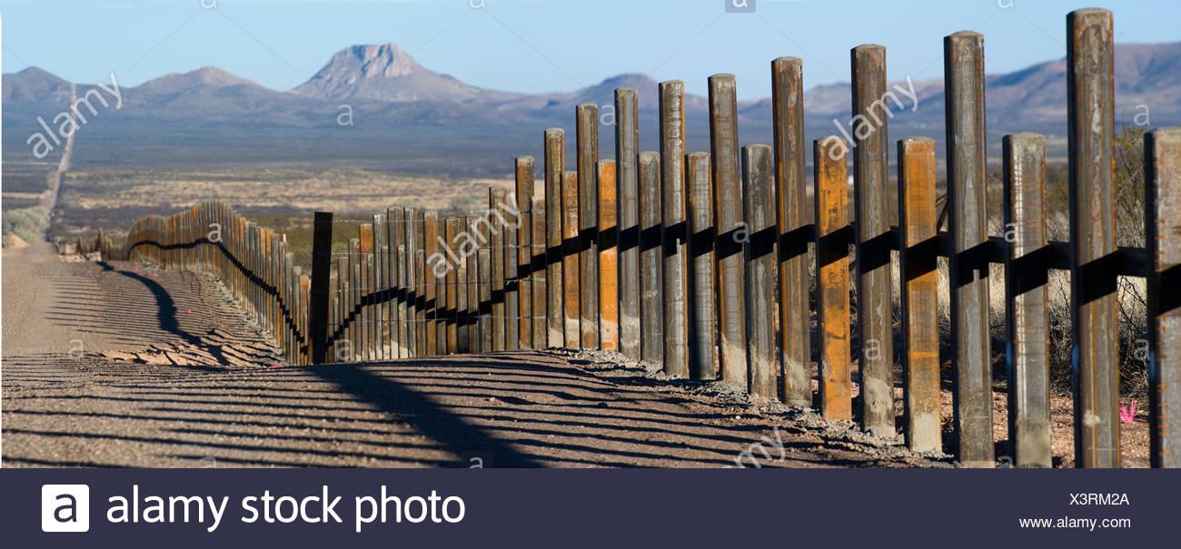 The new post & rail border fence runs along the Mexico border with Arizona. - Stock Image