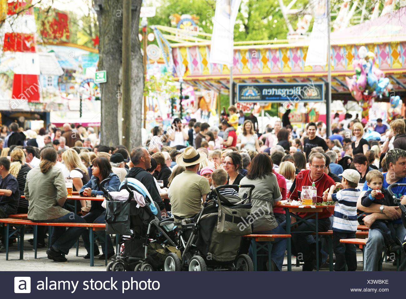 Germany, Lower Bavaria, Landshut, public festival, beer garden, visitor, no model release, Bavarians, fair, Dult, Frühjahrsdult, tradition, traditions, culture, gastronomy, in Bavarian, beer benches, beer tables, people, sit, entertainment, sociability, - Stock Image