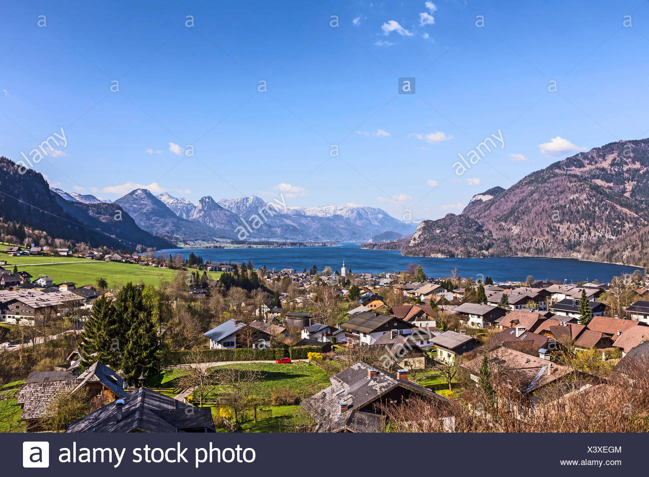 landscape of Sankt Gilgen with the Wolfgangsee and the snowcapped alps - Stock Image