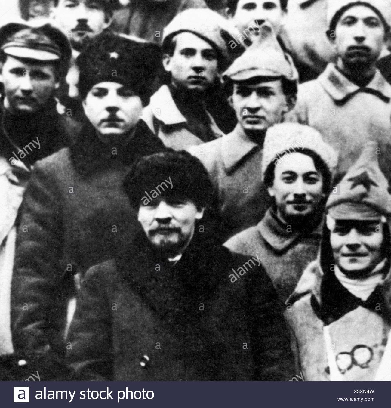Lenin (Vladimir Ilyich Ulyanov), 22.4.1870 - 21.1.1924, Russian politician, half length, with Kliment Voroshilov and delegates of the X party congress of the CPSU, 1921, Stock Photo