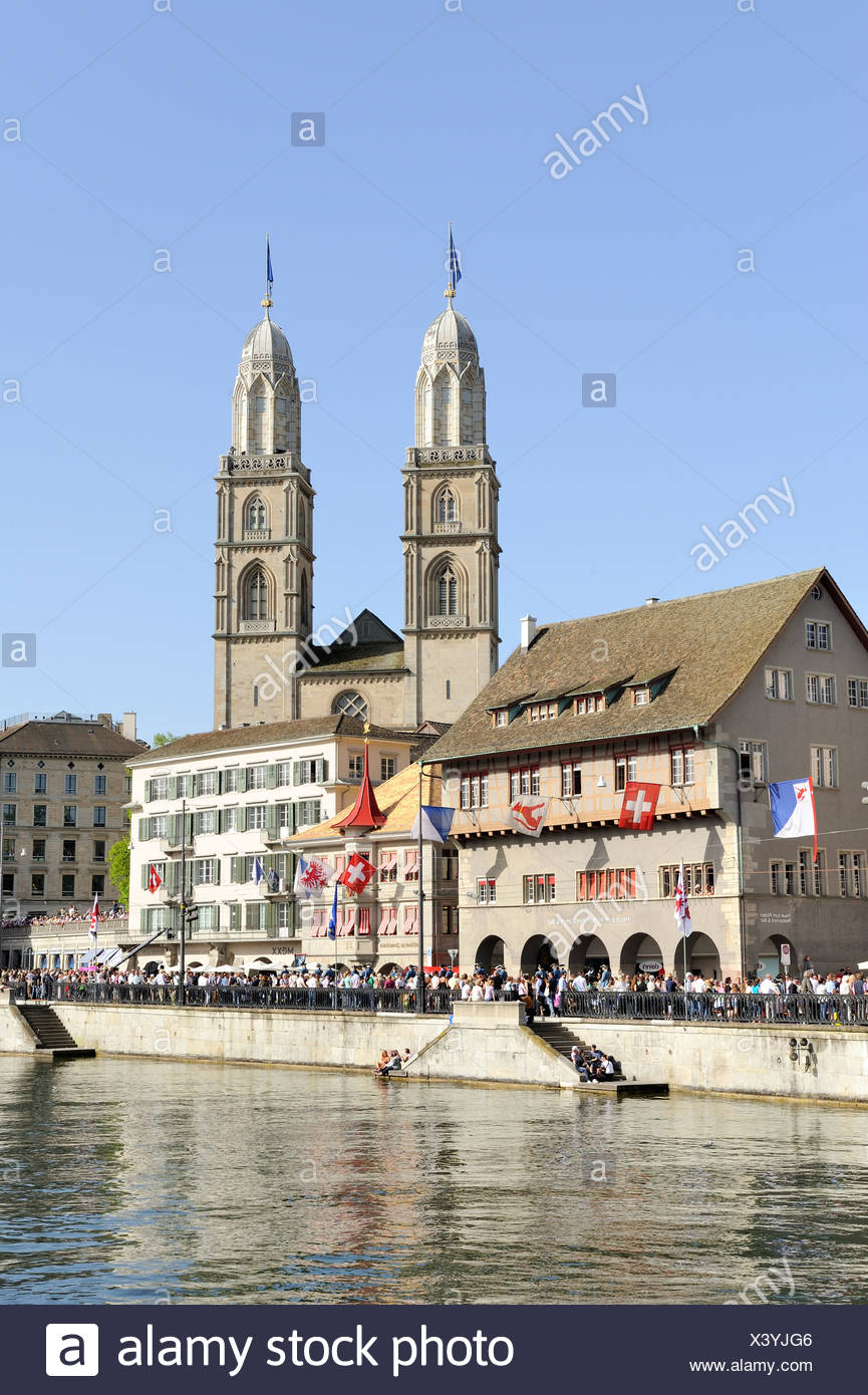 Limmat River, with Limmatquai quay and the Zunfthaus zum Rueden guildhall, the two steeples of Grossmuenster church at the back - Stock Image