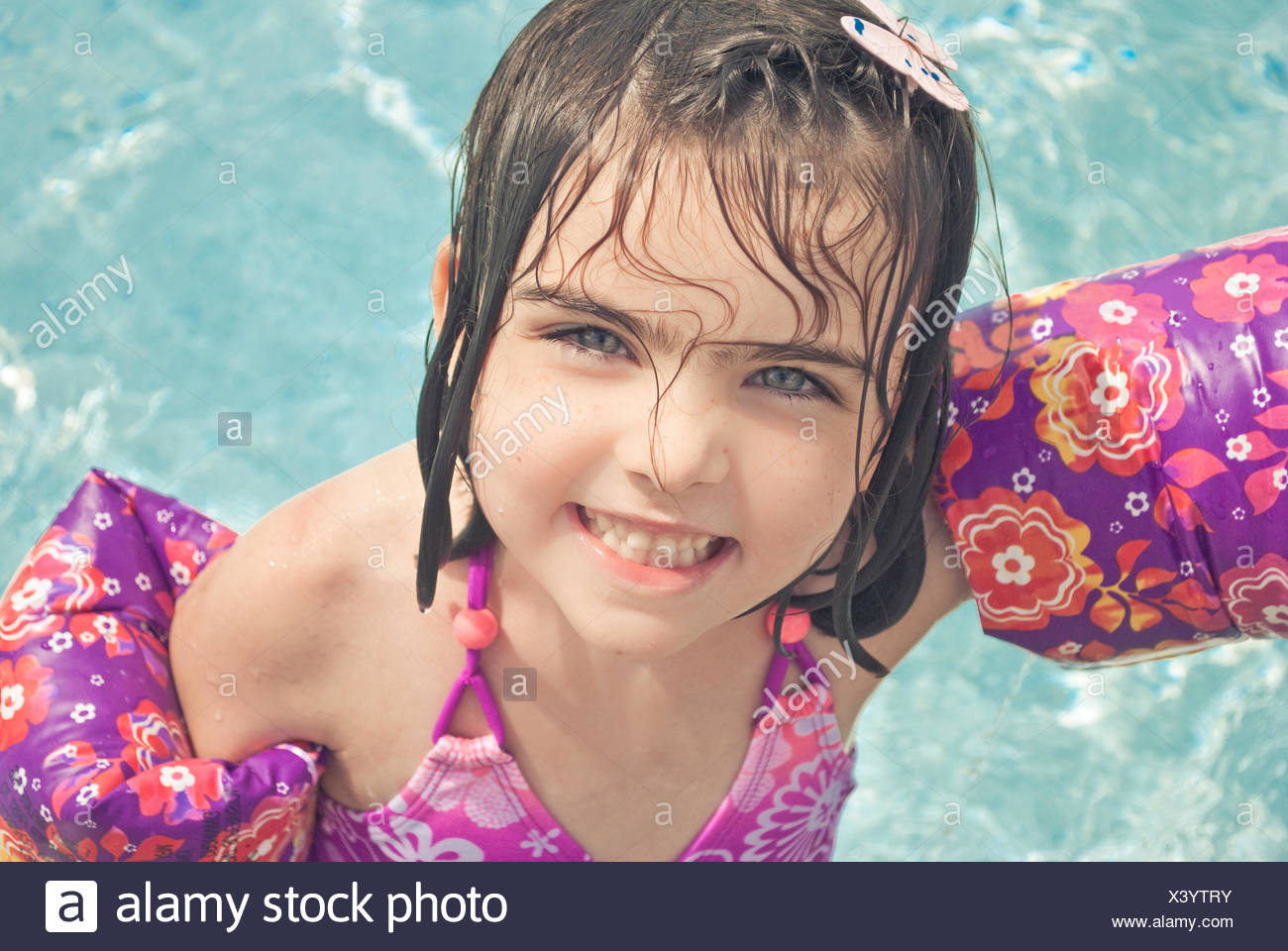 Young girl (4-5) wearing inflatable arm bands - Stock Image