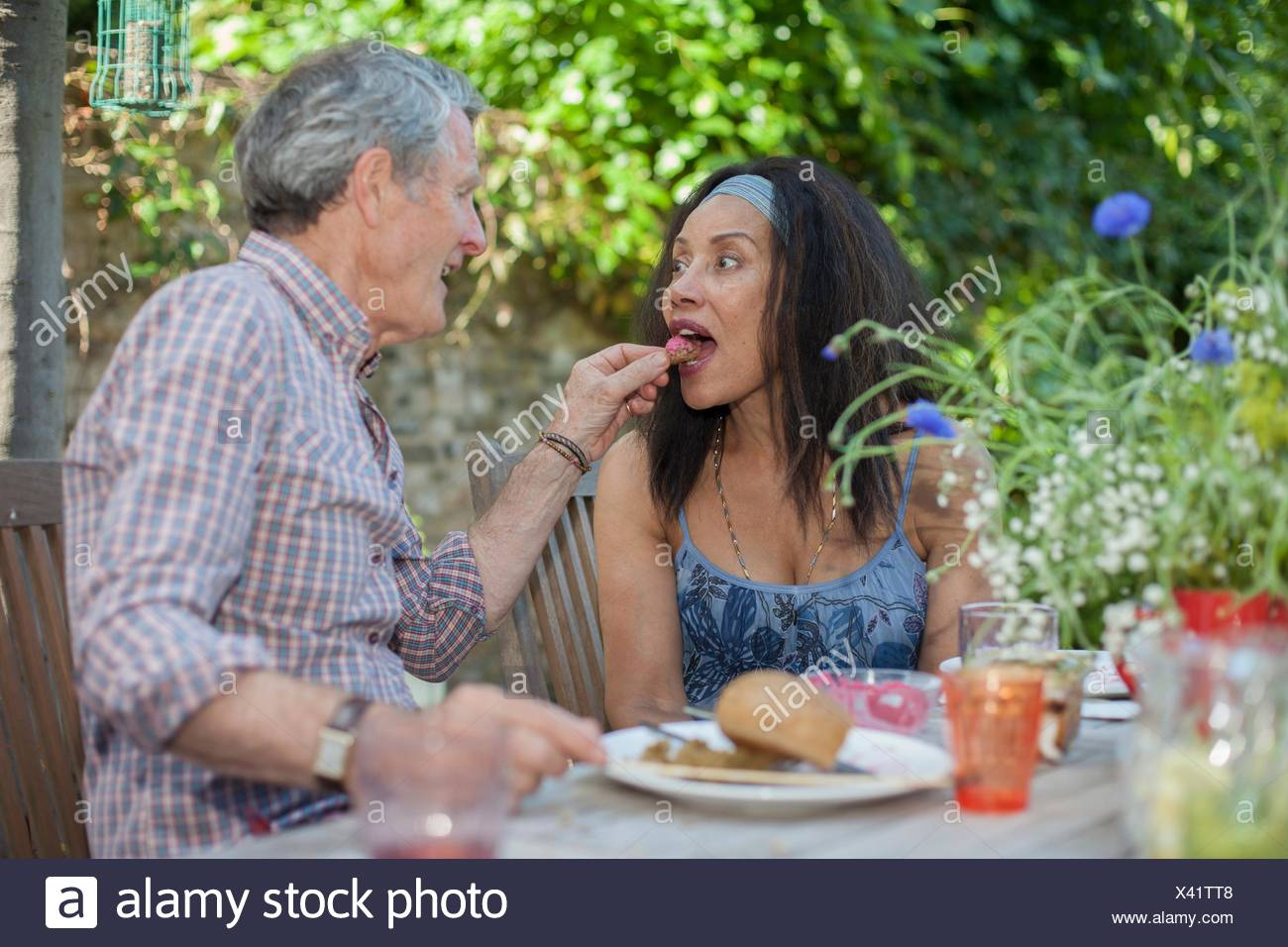 Senior couple eating meal outdoors - Stock Image