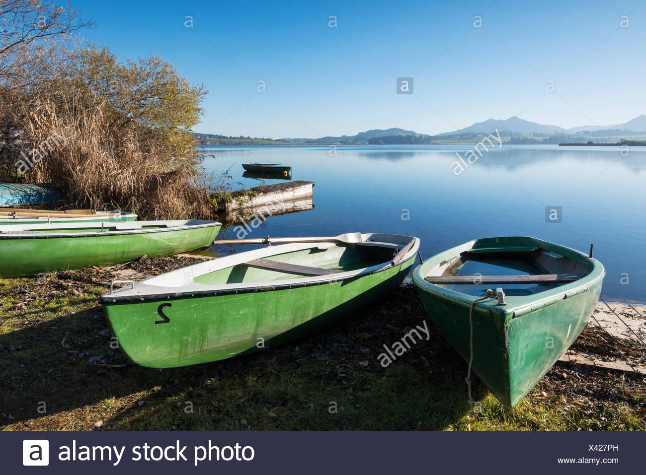 Rowing boats on the shore of Hopfensee Lake near Fuessen, Ostallgaeu region, Allgaeu, Bavaria - Stock Image
