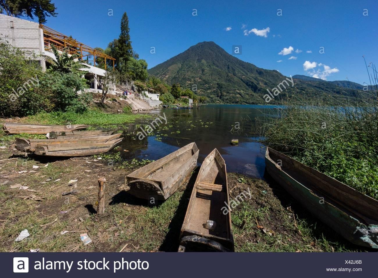 Cayucos varados frente al volcán San Pedro, suroeste de la caldera del lago de Atitlán , Santiago Atitlán. Tiene una altitud de 3. 020,Guatemala, - Stock Image