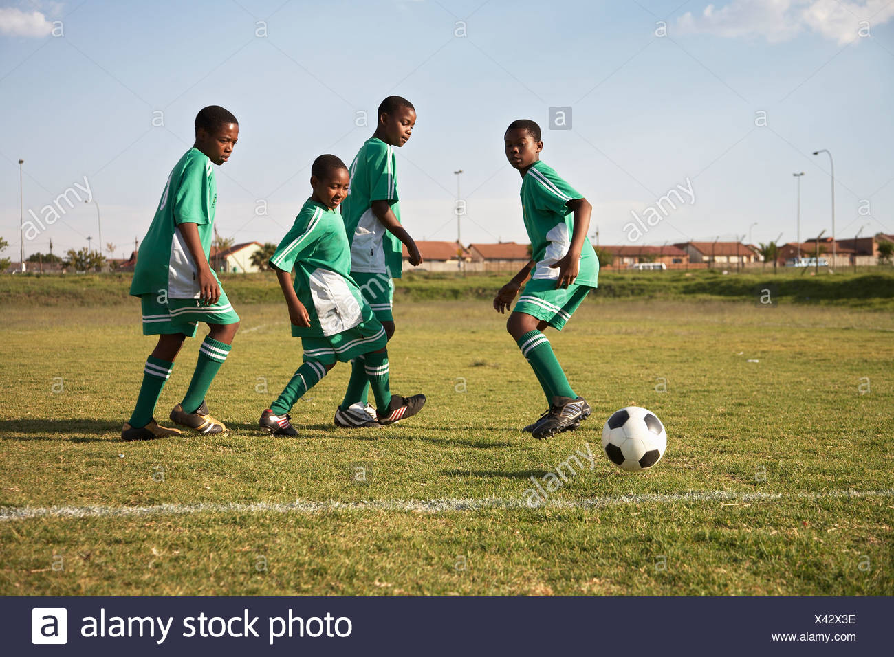 13MA-033 © Monkeyapple  aFRIKA Collection  Great Stock !  Young team playing soccer - Stock Image