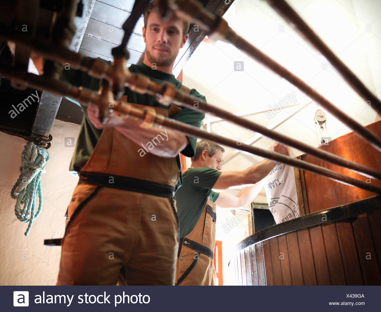 Workers at copper in brewery - Stock Image