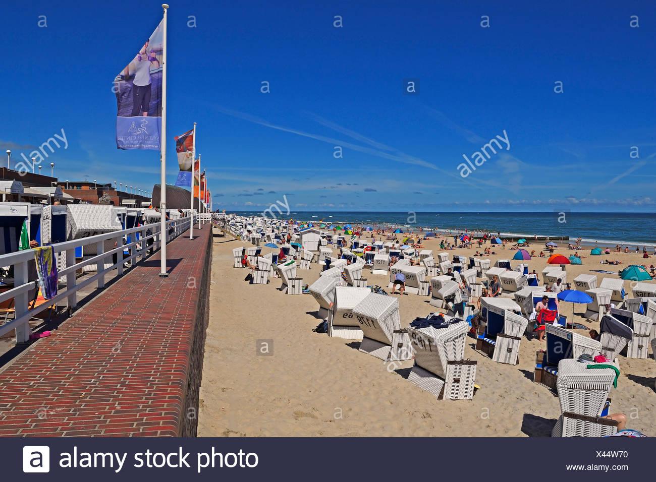 Touristen und Strandkoerbe am Hauptstrand von Westerland, Sylt, nordfriesische Inseln, Nordfriesland, Schleswig-Holstein, Deutschland - Stock Image