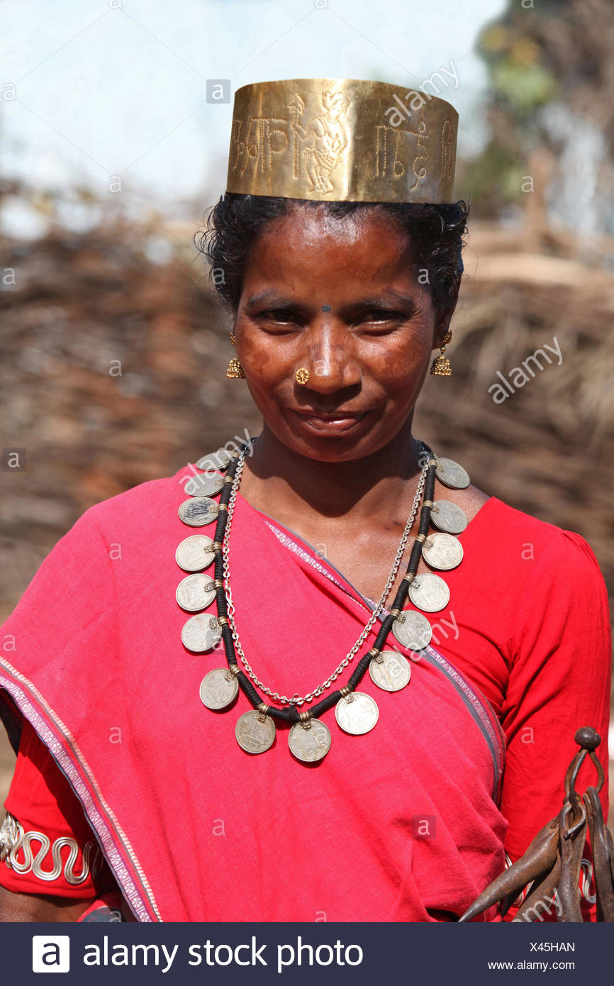 Portrait of a tribal woman dancer in traditional outfits. Bison Horn Maria tribe, Datalpara, Gamawada, Chattisgadh, India - Stock Image