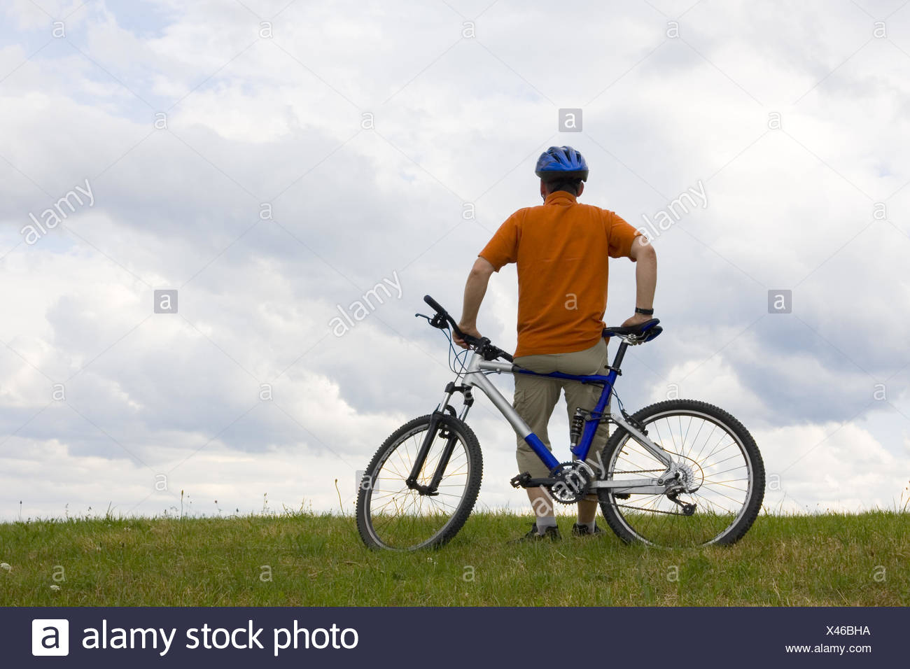 Man standing by his mountain bike - Stock Image