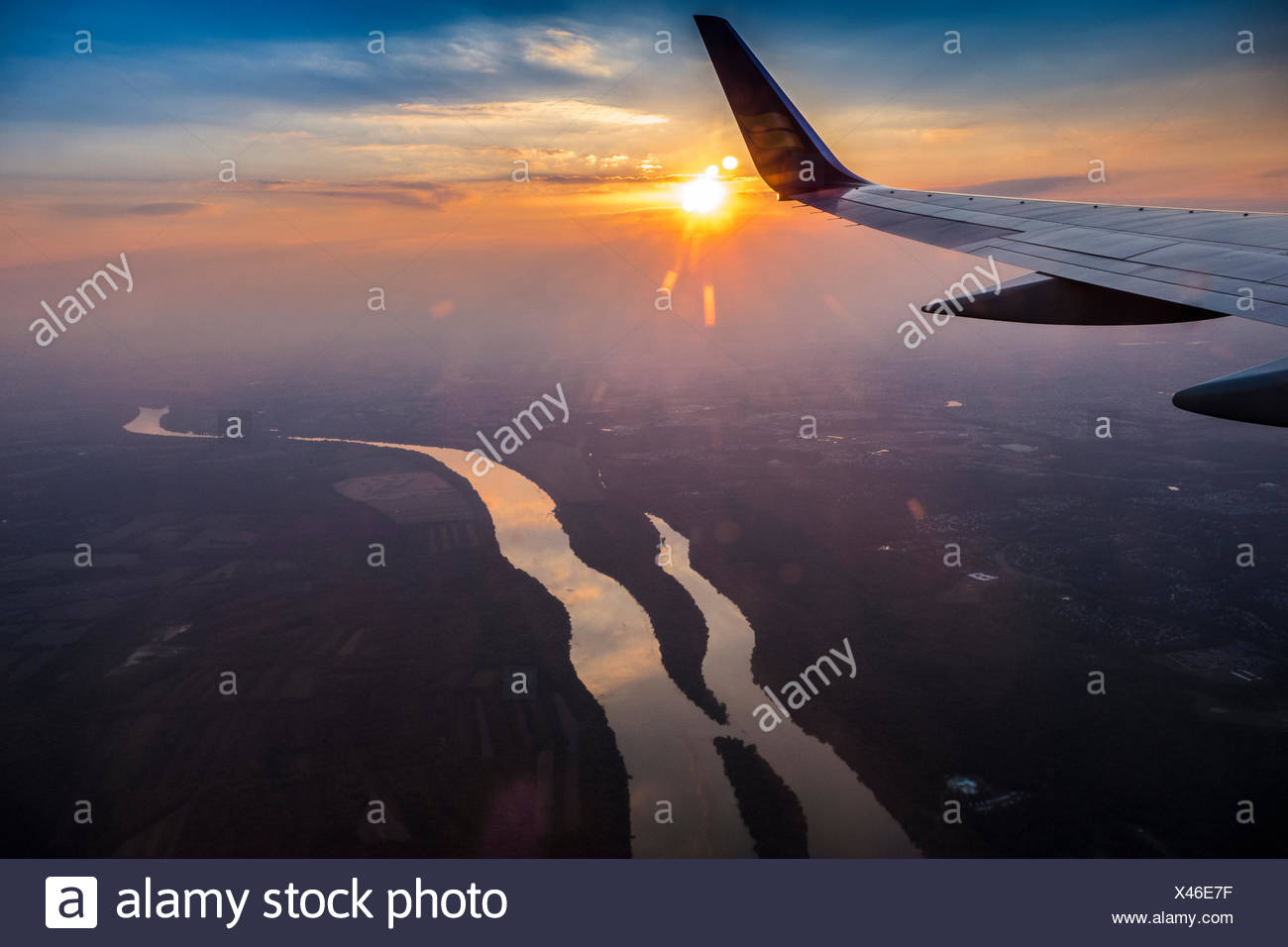 A Boeing 757 crossing the Potomac River on final approach to Dulles International Airport. - Stock Image