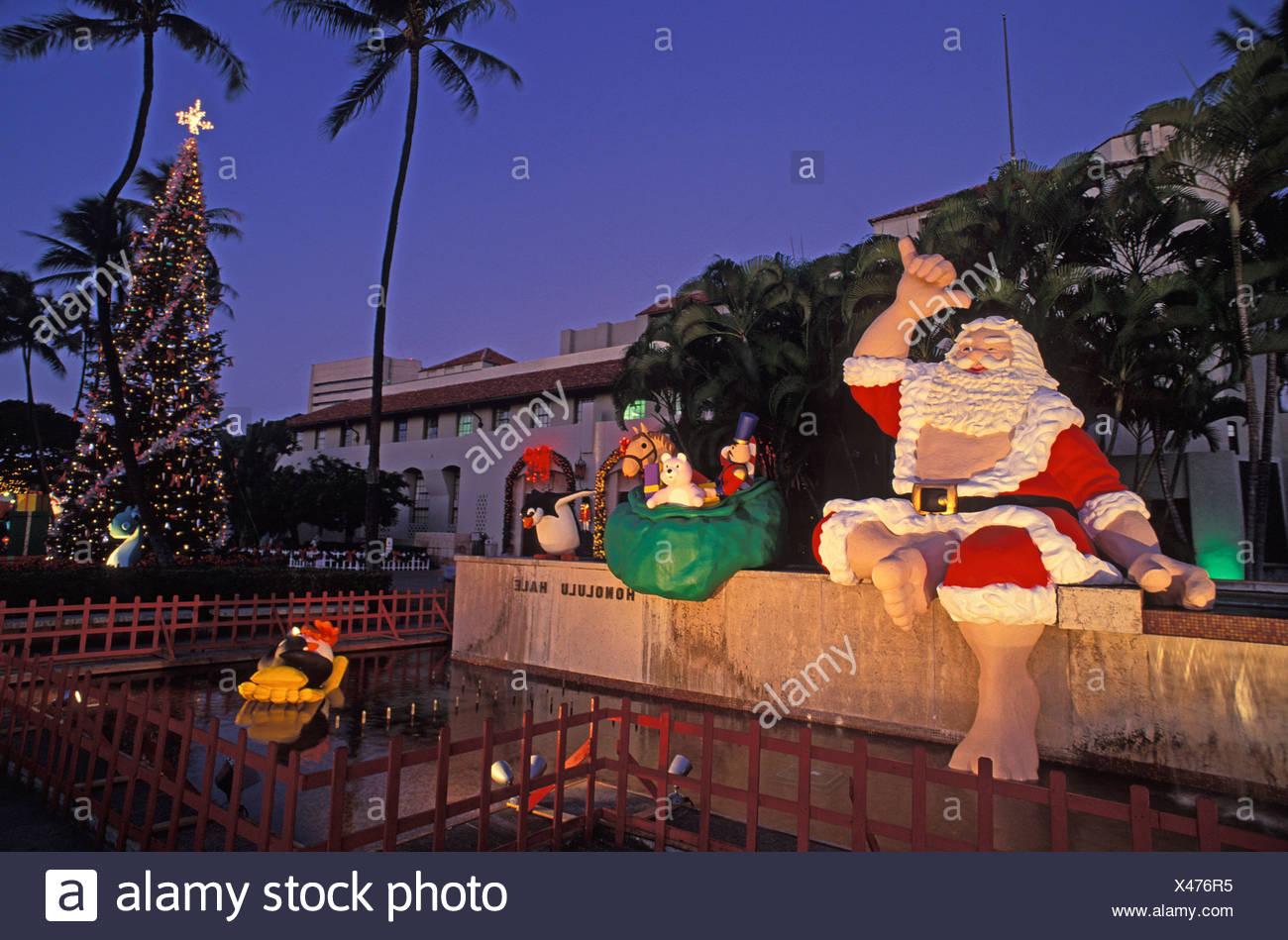 Honolulu Hale Christmas 2021 Twilight View Of Hawaiian Santa Christmas Tree At Honolulu Hale Stock Photo Alamy