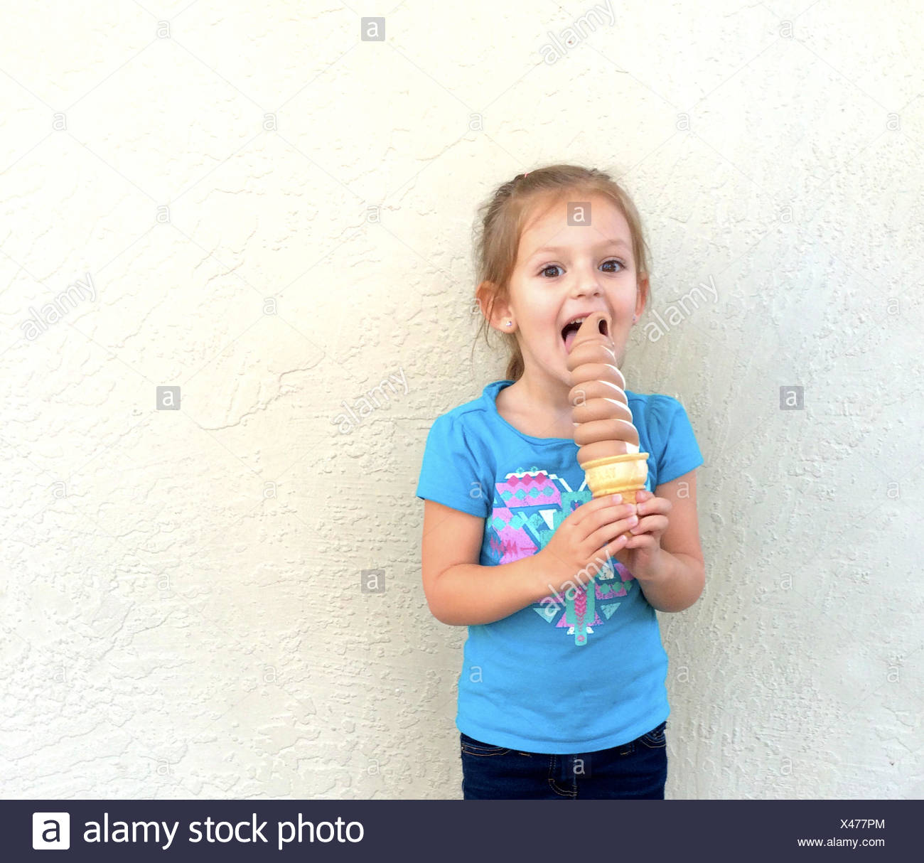 Girl (4-5) with ice cream cone - Stock Image