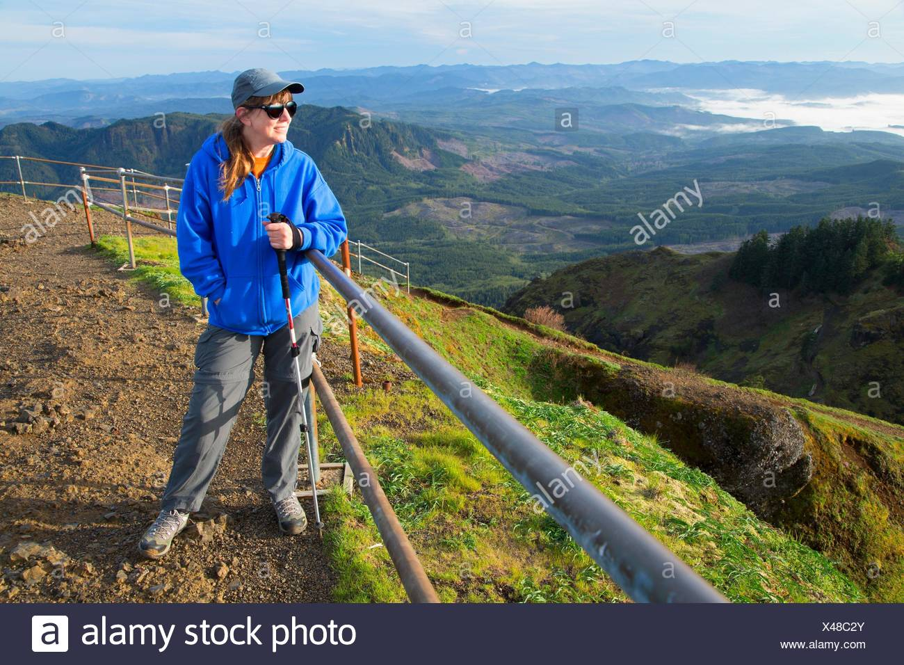 Hiker on summit viewpoint, Saddle Mountain State Park, Oregon. - Stock Image