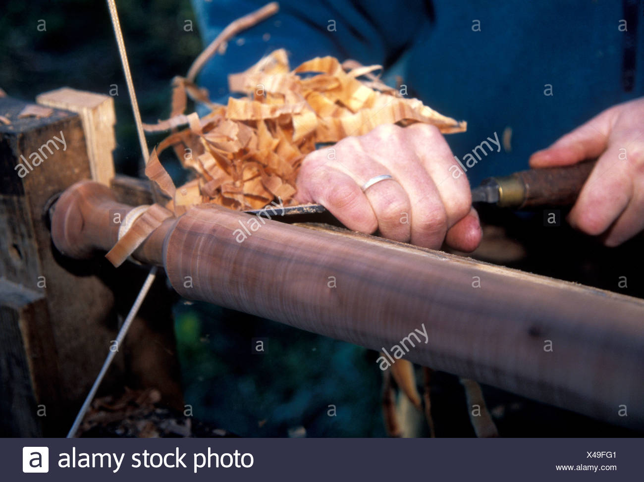 Mike Abbott a coppice craftsman working with his pole lathe which is powered by his foot. - Stock Image