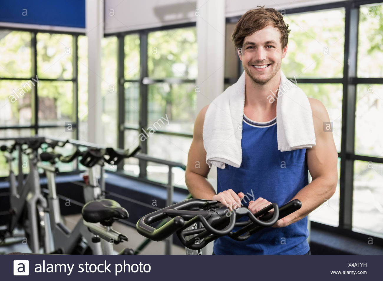 Man standing in spinning class - Stock Image