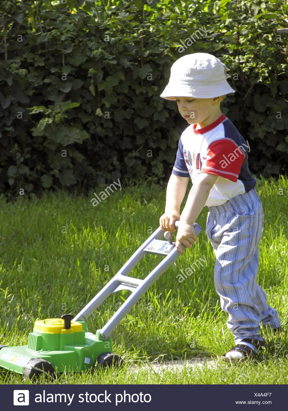 garten junge rasenmaeher kind kindheit kinderrasenmaeher spielzeug