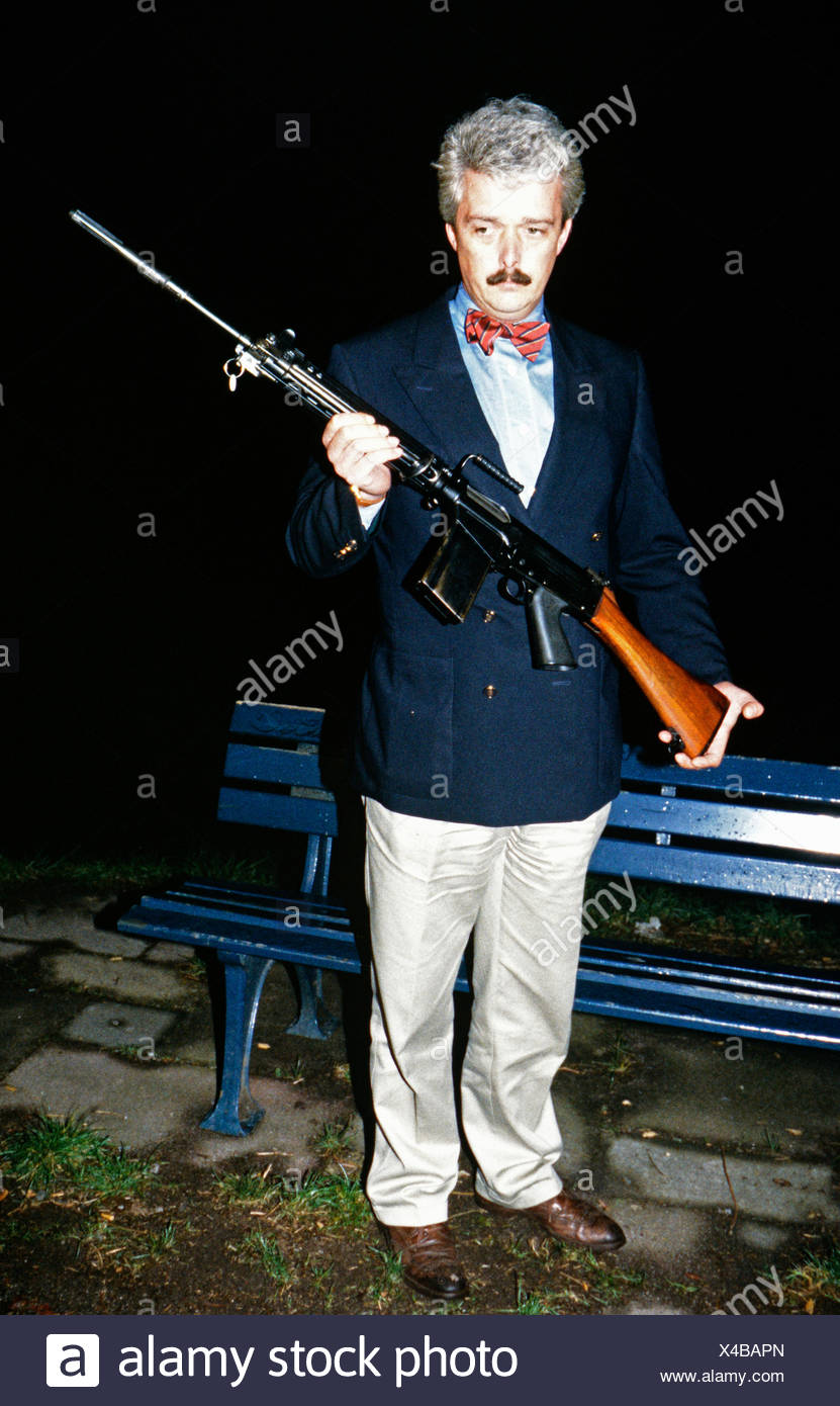 Rohwedder, Detlev Karsten, 16.10.1932 - 1.4.1991, German manager and politician (Social Democratic Party of Germany (SPD), Willi Fundermann, spokesman of the German Federal Criminal Office, with a G1 rifle, the type of weapon used for the assassination, Düsseldorf, 3.4.1991, Additional-Rights-Clearances-NA - Stock Image