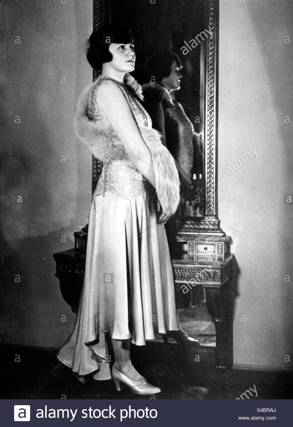 Raubal, Angela 'Geli', 4.6.1908 - 19.9.1931, niece by Adolf Hitler, full length, in front of the mirror, late 1920s, Additional-Rights-Clearances-NA - Stock Image