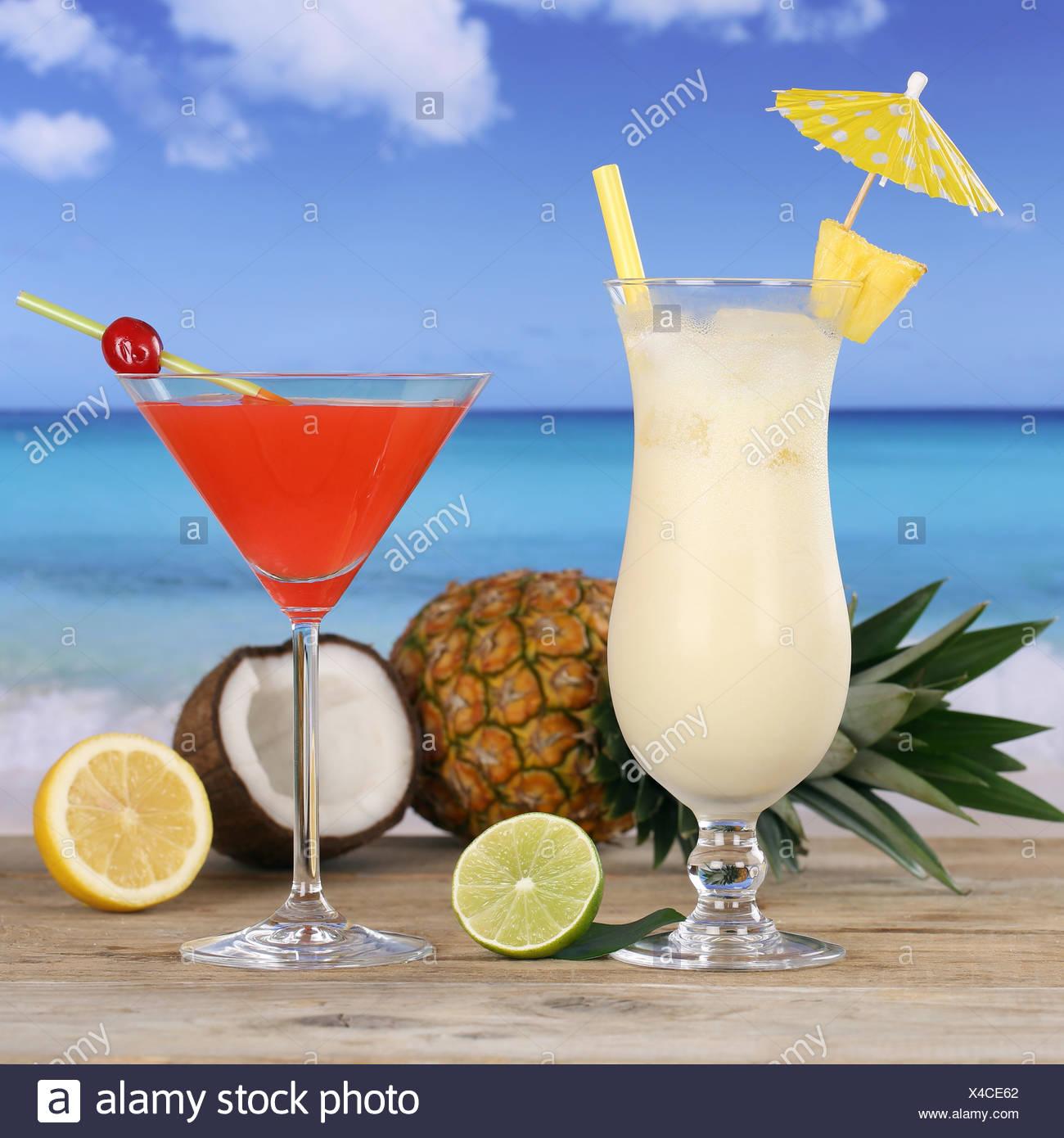 Cocktails und Alkohol Getränke am Strand und Meer - Stock Image
