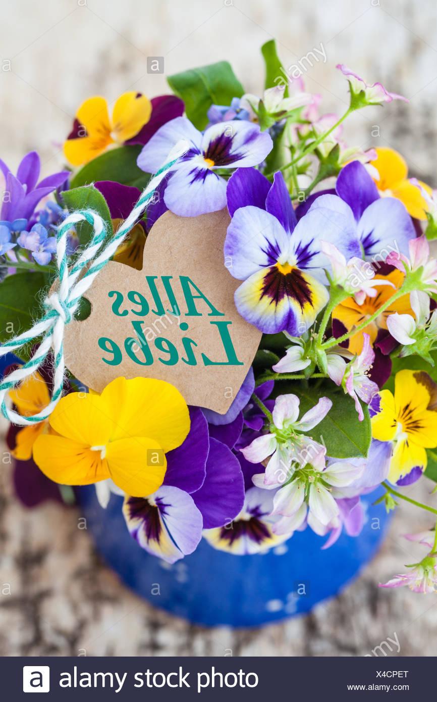 Bunter strauss fruehlingsblumen mit geschenkanhaenger in herzform stock image