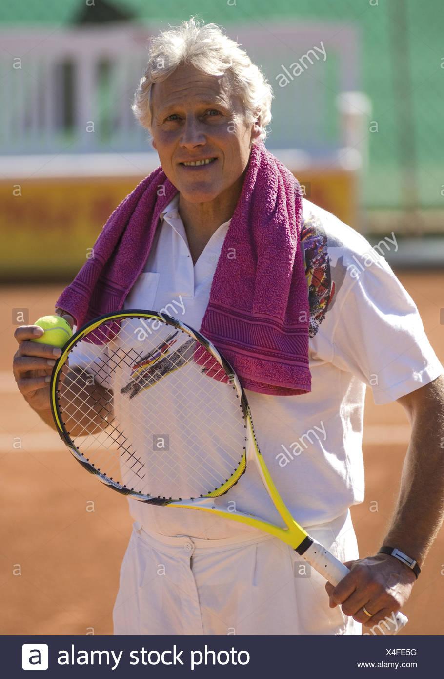Aelterer Mann als Tennisspieler (model-released) Stock Photo
