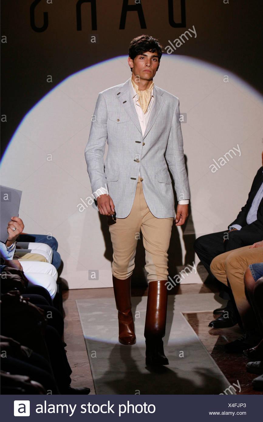 0c7c8ed8f Daks Paris Ready to Wear Menswear Spring Summer Model wearing pale grey  fitted jacket over open