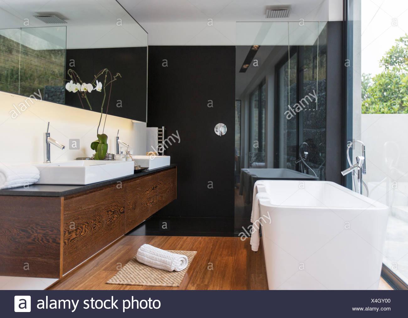 Bathtub and sinks in modern bathroom - Stock Image