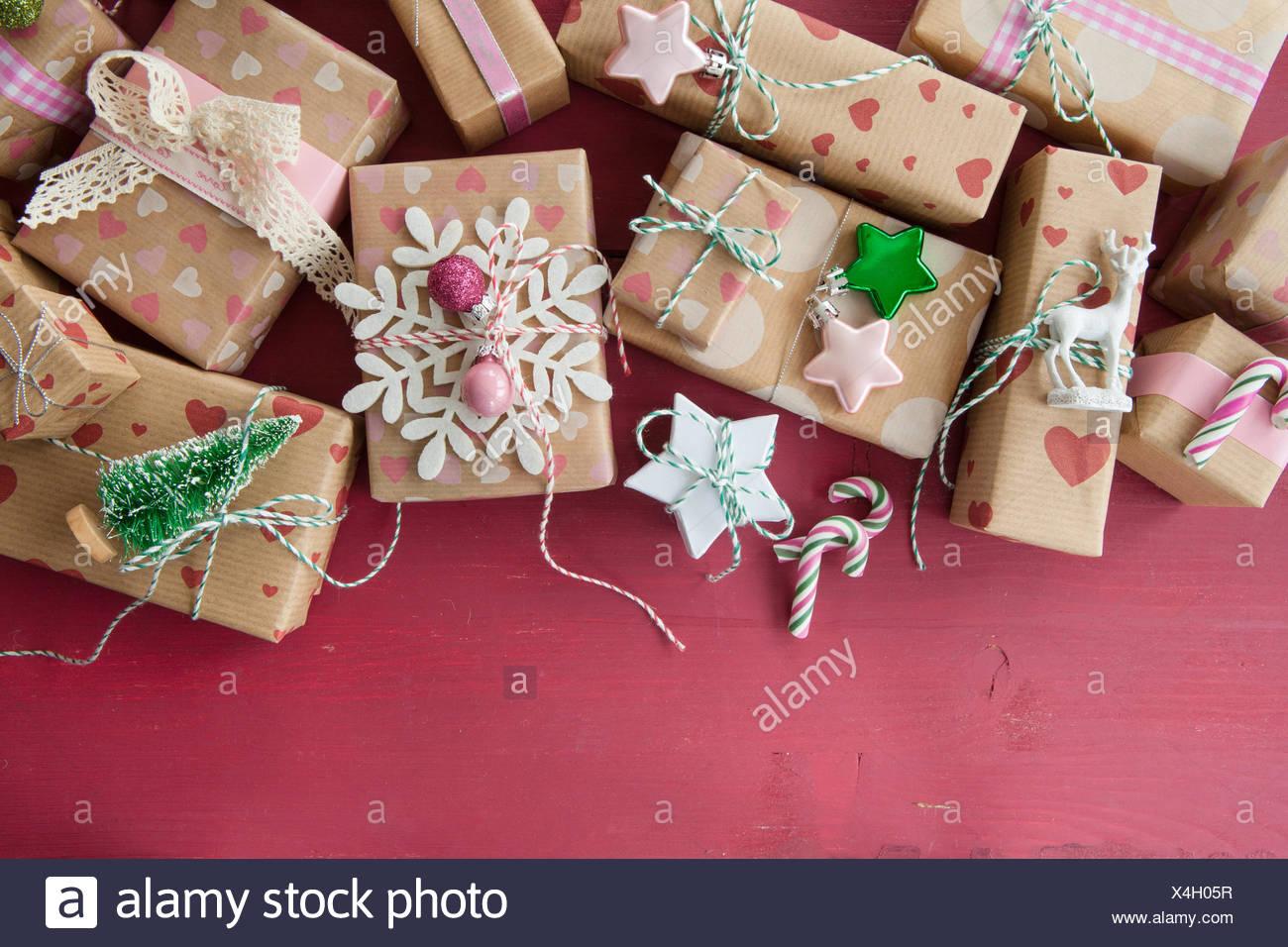 Kleine Geschenke Mit Dekoration Zu Weihnachten Stock Photo