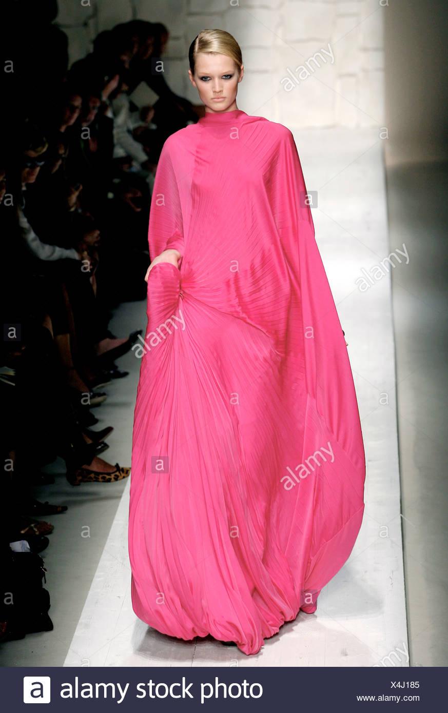 Engañoso comerciante seriamente  Salvatore Ferragamo Milan Ready to Wear Spring Summer Voluminous deep pink  pleated maxi gown Stock Photo - Alamy
