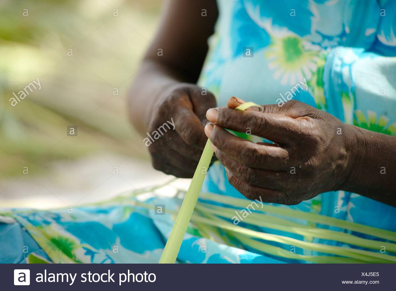 Australia, Oenpelli Art Centre, Person weaving - Stock Image