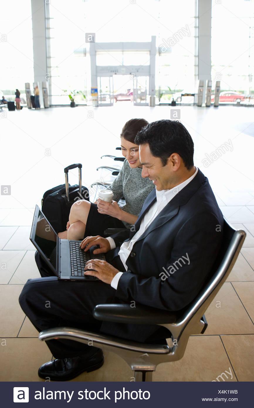"""Expresa tu momento """" in situ """" con una imagen - Página 31 Businesspeople-waiting-in-airport-X4K1WB"""