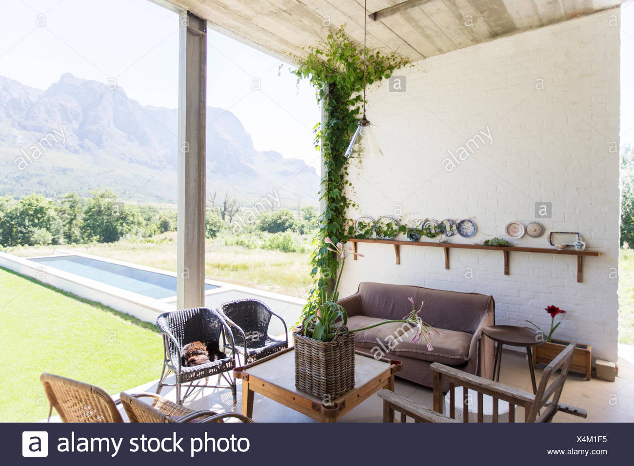 Living area overlooking backyard - Stock Image