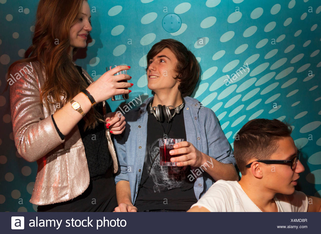 Teenagers holding drinking glasses - Stock Image