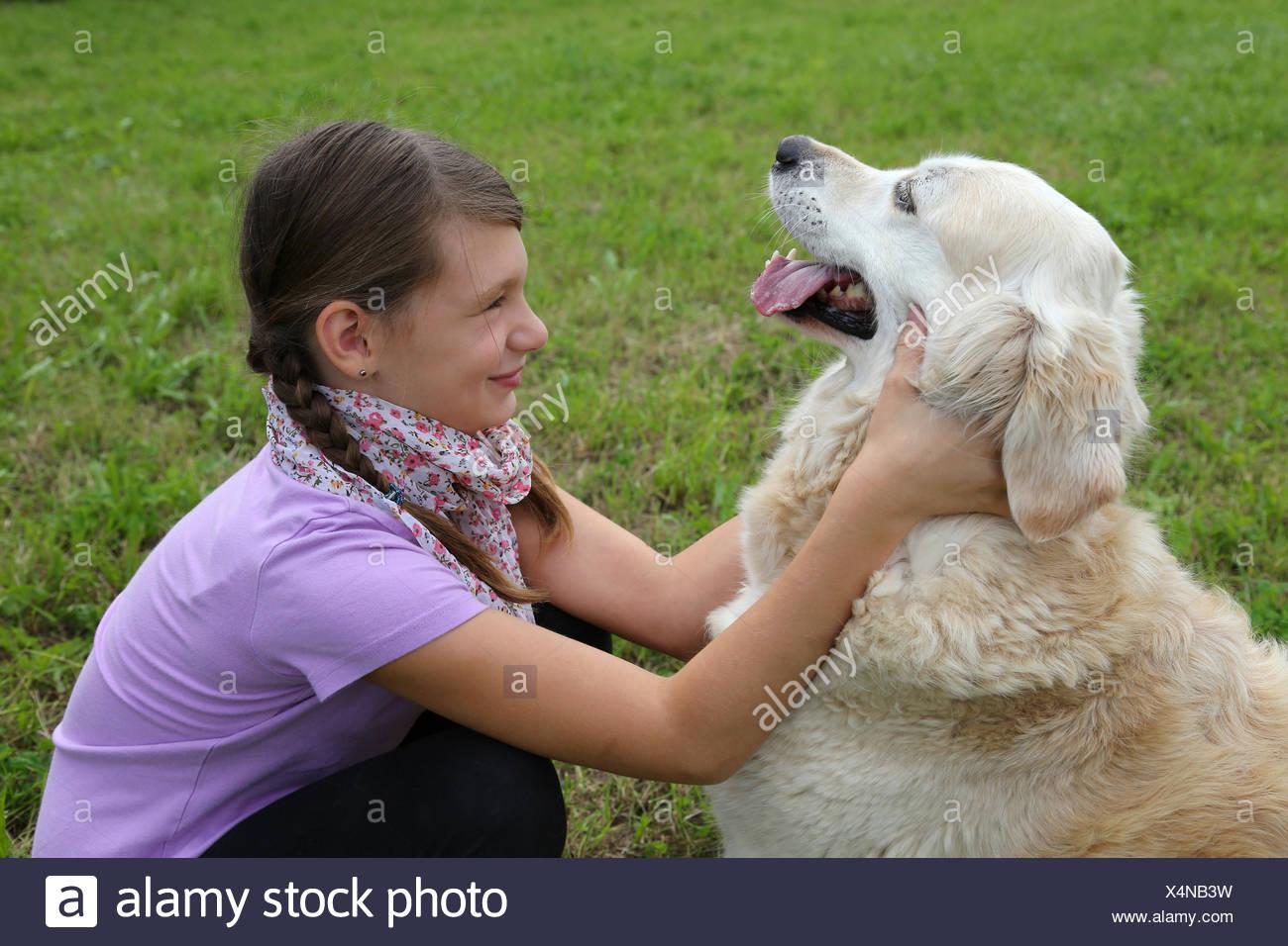 Mädchen schmust mit einem Hund Stock Photo