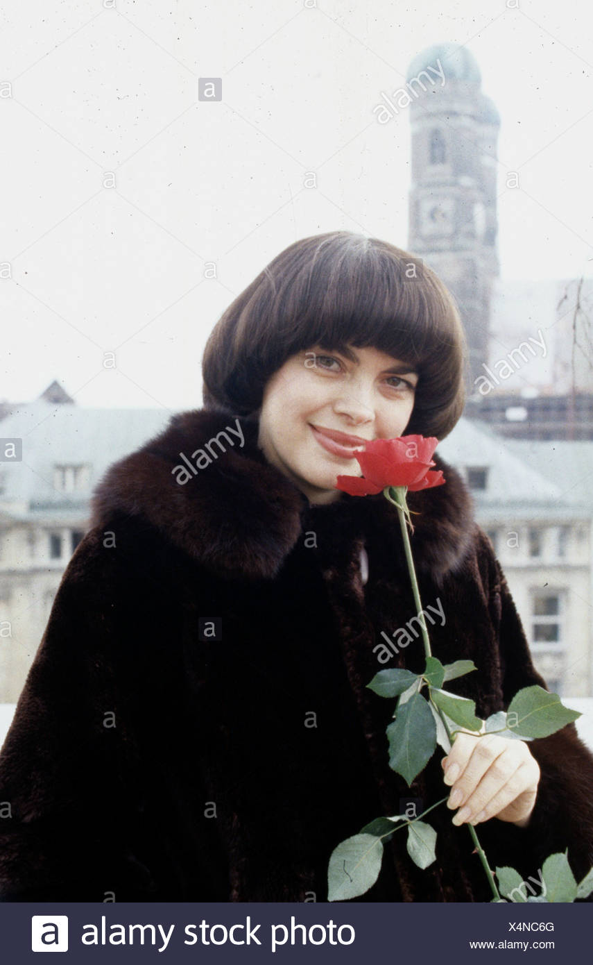 Mathieu, Mireille, * 22.7.1946, French singer, portrait, with rose, in Munich, Germany, Frauenkirche, fur coat, - Stock Image