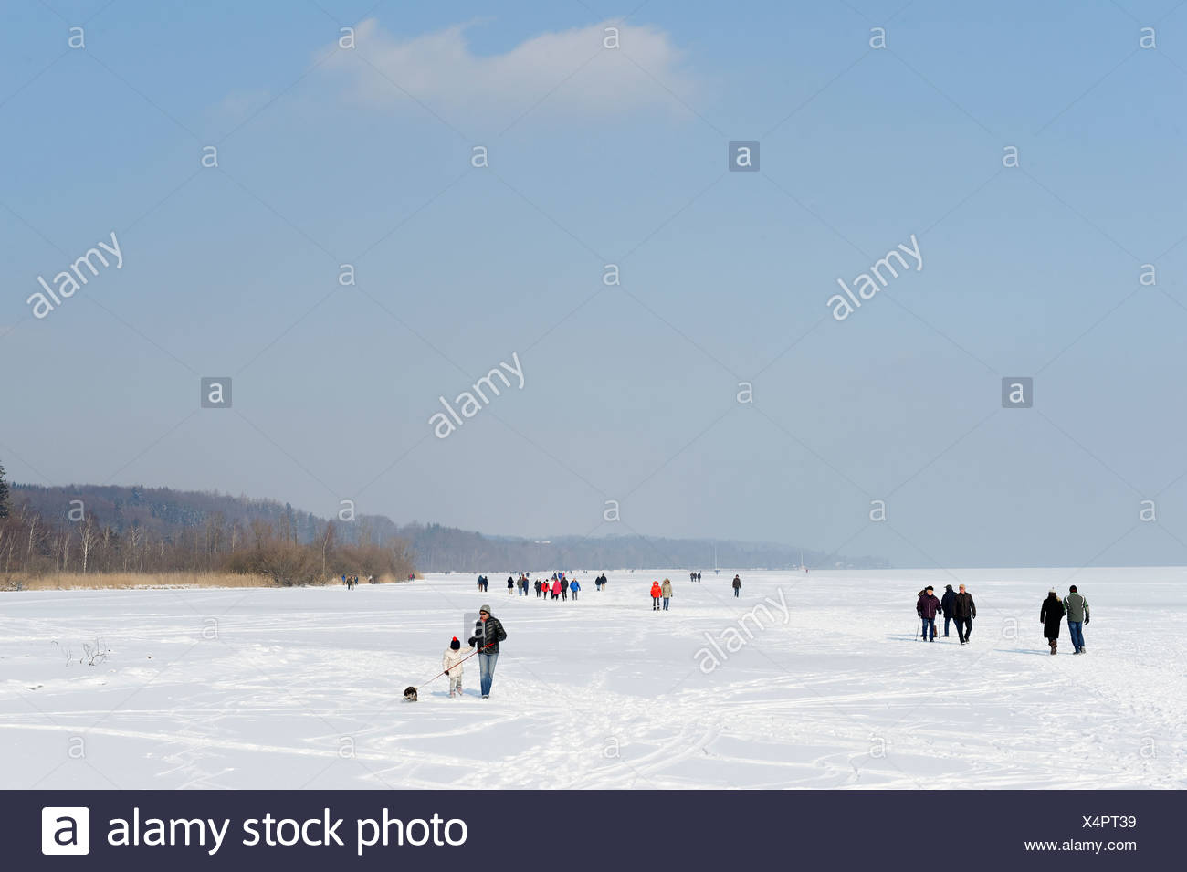 Ice skaters and hikers at the little house on the lake, kleines Seehaus, in Winter, near St. Heinrich, Lake Starnberg - Stock Image