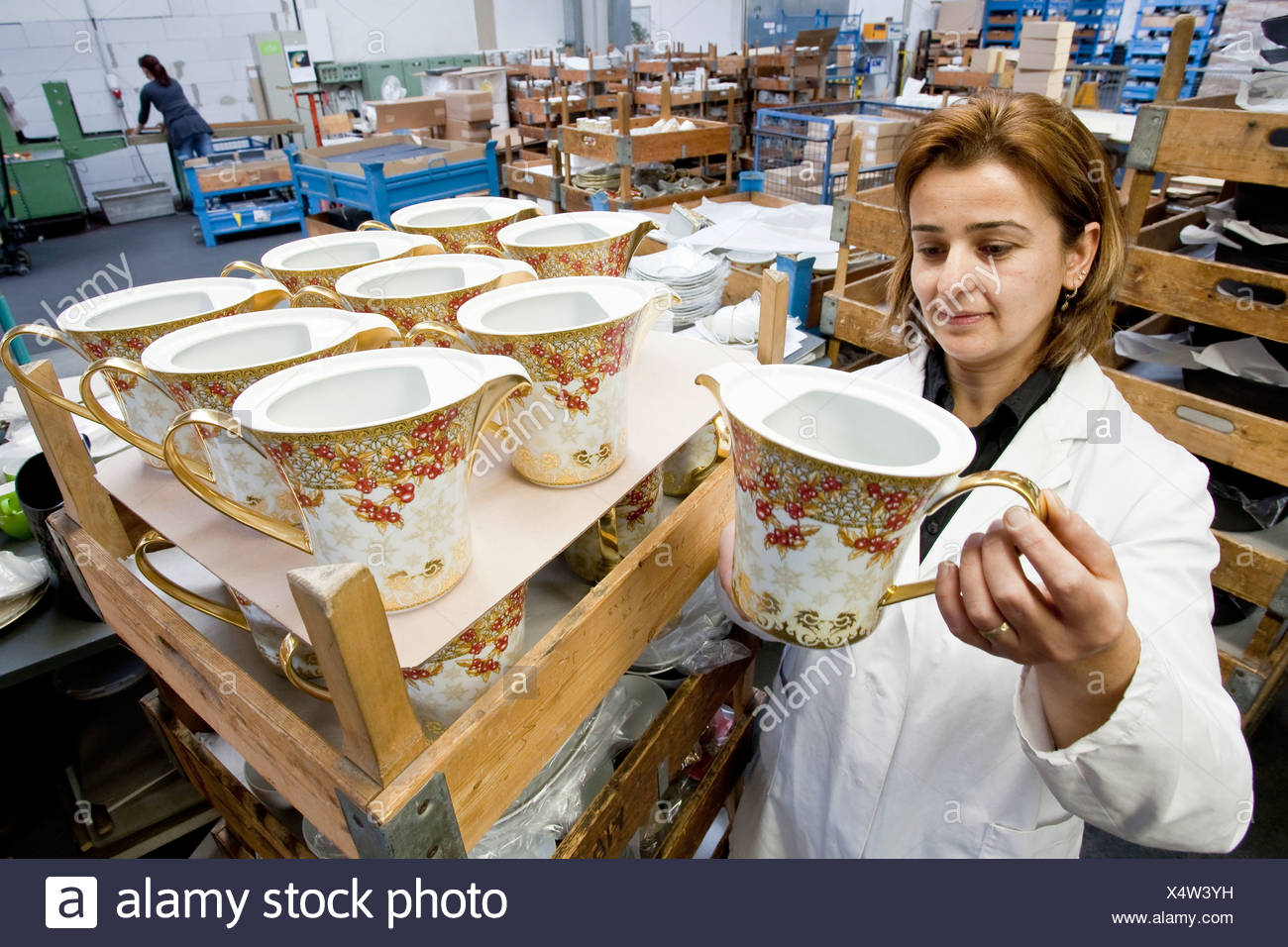 Employee during the final inspection of Versace teapots at the porcelain manufacturer Rosenthal GmbH, Speichersdorf, Bavaria - Stock Image