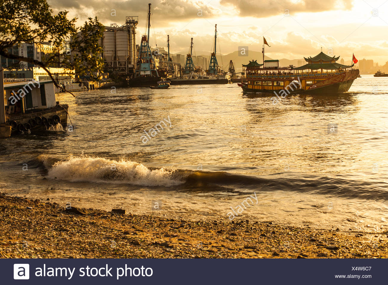 Chinese junk boat at sunset - Stock Image