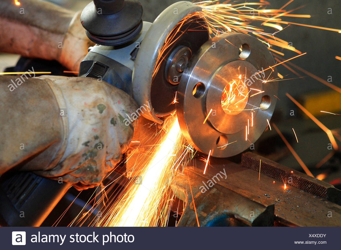 Worker friction-sawing - Stock Image
