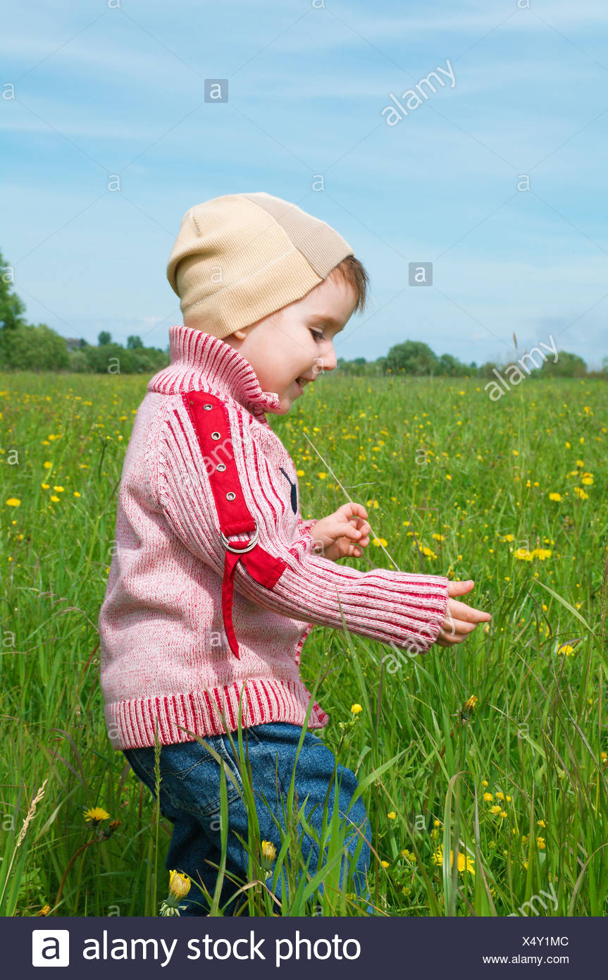 boy searches for bug - Stock Image