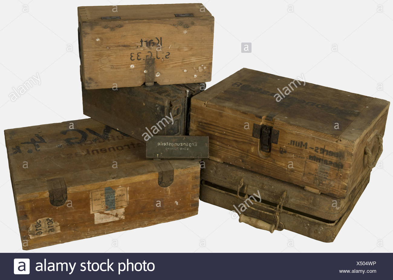 """ACCESSOIRES, Ensemble de caisses allemandes, comprenant deux caisses en bois naturel pour 1500 cartouches à blanc type 33 de calibre 7,92 x 57 avec doublure d'étanchéité en zinc, l'une datant de 1941 et marquée sur le couvercle à chaud """"Luftdichter Patronenkasten"""" et en surimpression """"W.G.4.K."""", l'autre datant de 1944 marquée sur le couvercle """"Patronenkasten 38 B."""", une petite boite en tôle feldgrau pour pièces détachées de mortier de 8cm avec peinture blanche sur le couvercle, deux caisses pour bandes de mitrailleuses M.G 34/42, une en tôle d'acier, une en tôl, Additional-Rights-Clearances-NA Stock Photo"""