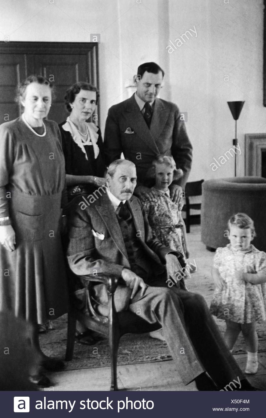 Christian X, 26.9.1870 - 20.4.1947, King of Denmark 1912 - 1947, group picture, with his wife Alexandrine, Crown Prince Frederik, Crown Princess Ingrid and their daughters Margrethe and Benedikte Astrid Ingeborg Ingrid, 1946 / 1947, Additional-Rights-Clearances-NA - Stock Image