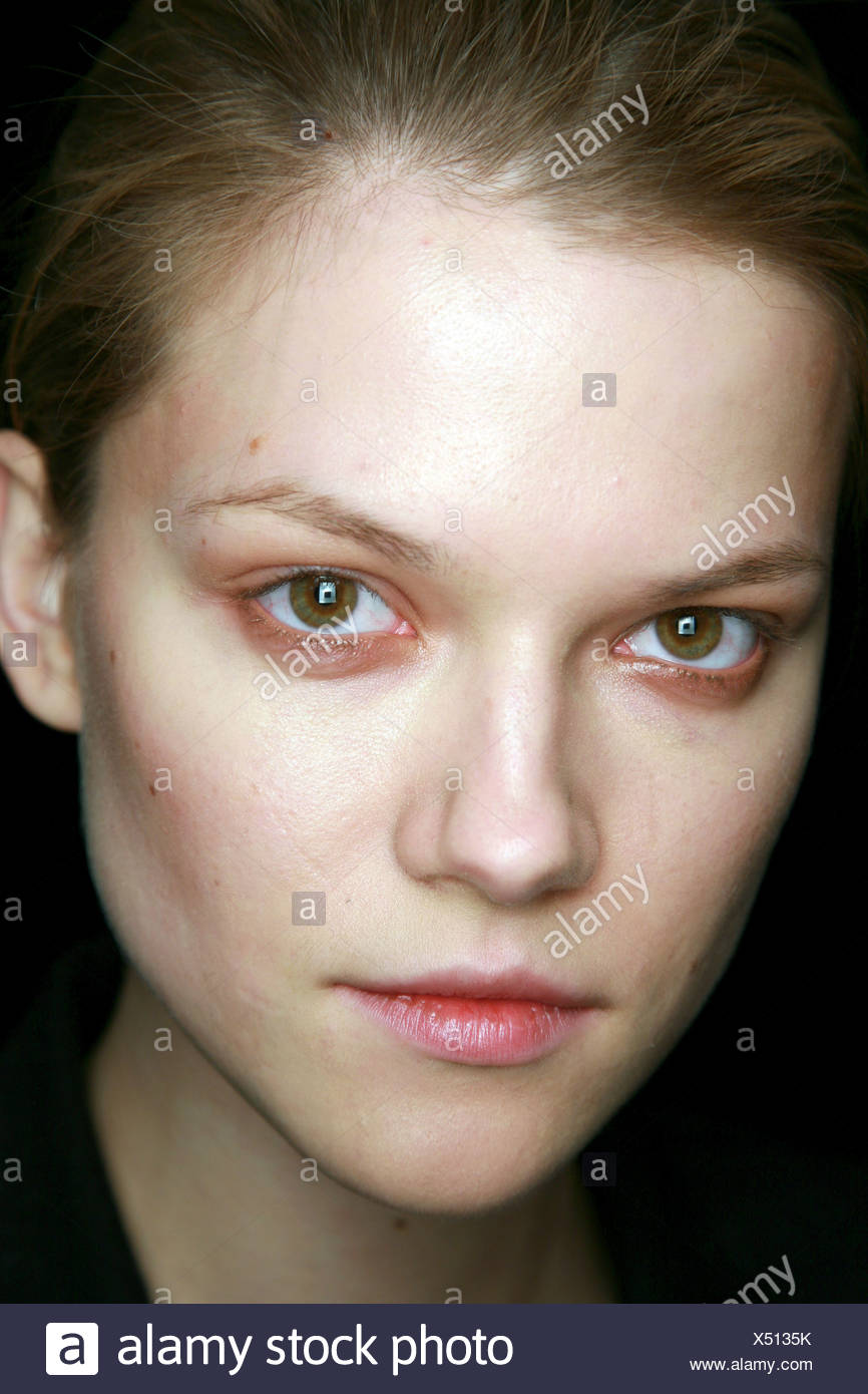 BCBG Backstage New York Ready to Wear Autumn Winter Head shot of female wearing smudged shimmering copper eyeshadow and pink - Stock Image