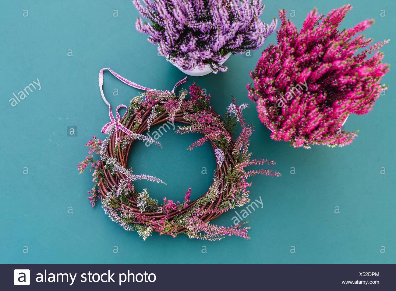 DIY, autumnal decoration, willow wreath, heather - Stock Image