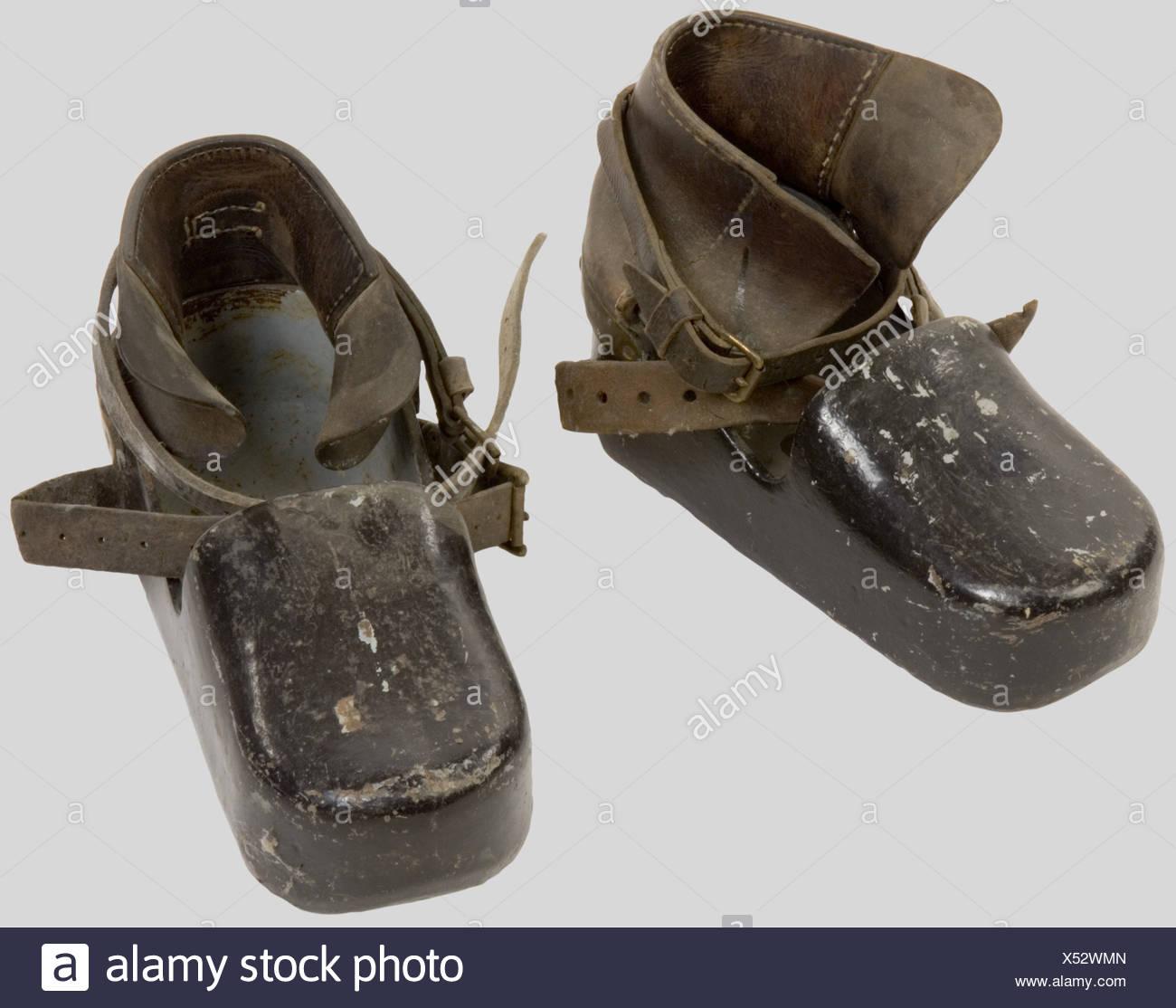 Kriegsmarine, Chaussures de Scaphandrier de la Kriegsmarine., Plomb et bronze peint en gris clair avec lanières d'attache. Récupérées à la base de La Palice., , Additional-Rights-Clearances-NA - Stock Image
