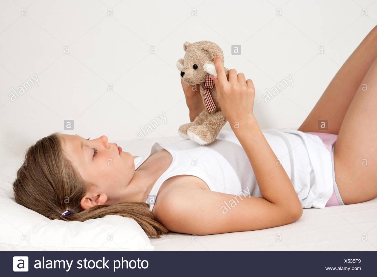 Mädchen, liegen, schlafen, Bett, Entspannung, müde, Erschöpfung, Müdigkeit, Bettdecke, Kind, Unschuld, arme, Kopfkissen, gemütlich, Augen, morgen, decke, entspannen, Traum, träumen, Zufriedenheit, Schlafzimmer, sorglos, brünett, Komfort, Textfreiraum, friedlich, kuscheln, Kissen, Kopfkissen, Gesicht, Kopf, Müdigkeit, müde, liegen, ruhe, stille, Pubertät, Freisteller - Stock Image
