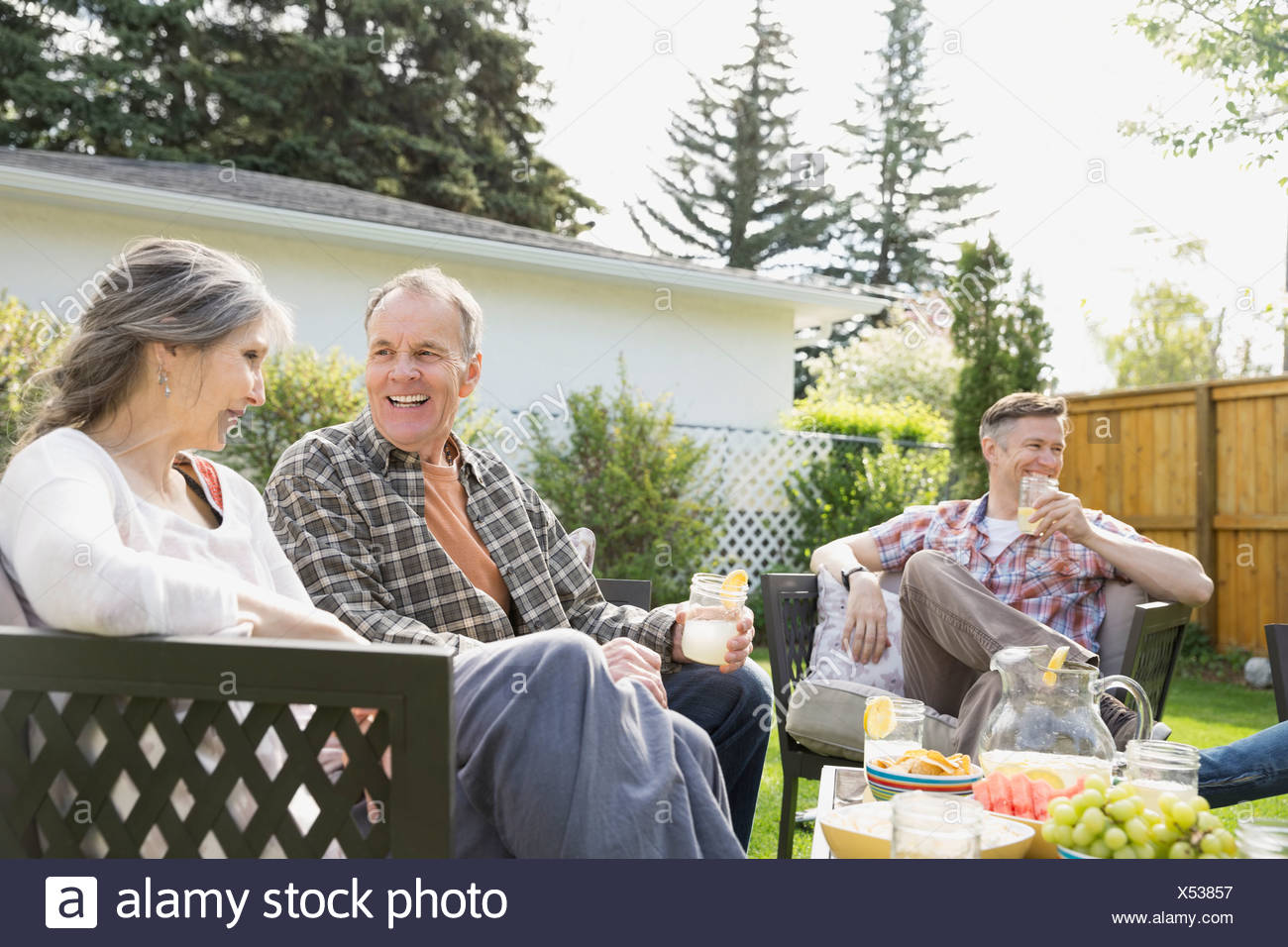 Senior couple relaxing in backyard - Stock Image